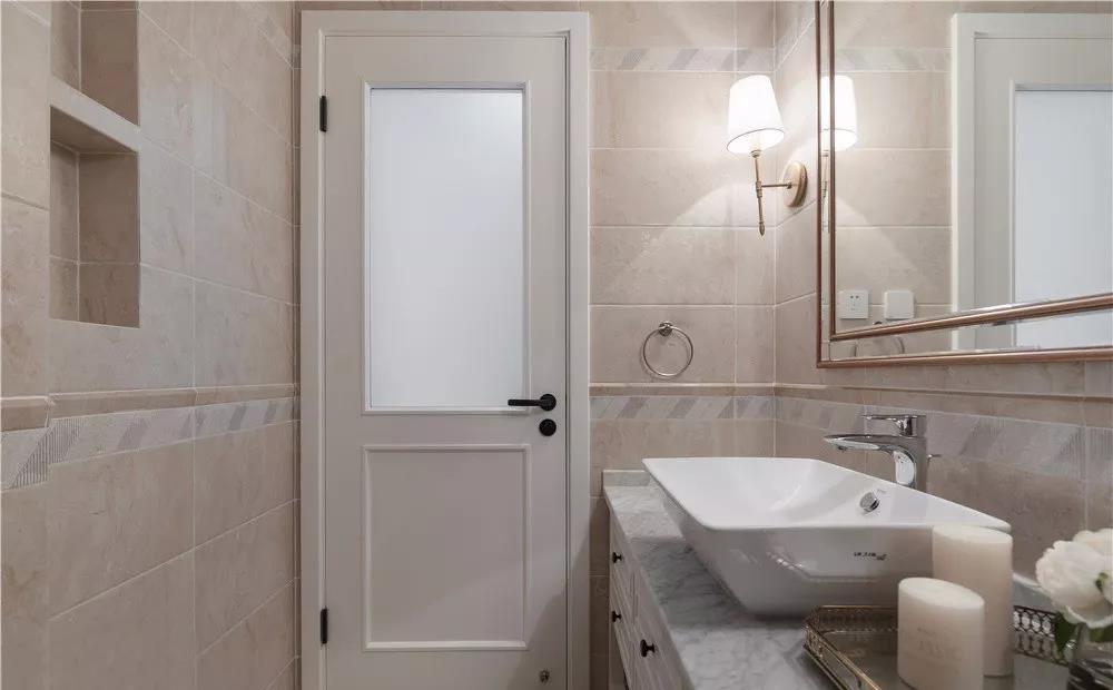 浴室以浅色为主,加上铜质边缘的浴镜,从视觉上扩大了卫生间的空间范围。