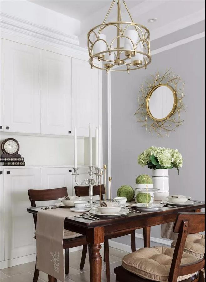 餐厅与客厅间无隔断,选择原木色家具,加以绿色植物的点缀,清新又自然。
