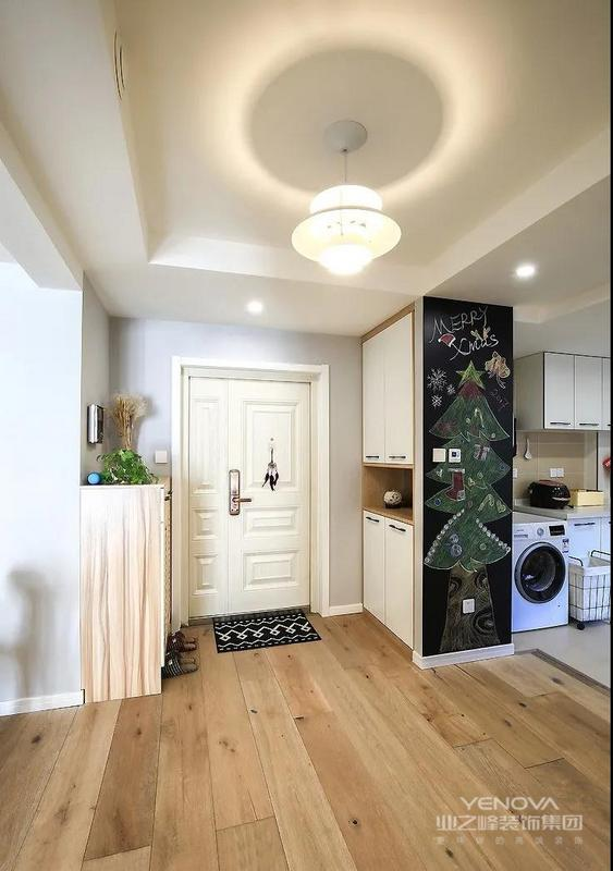 玄关大面积白色搭配原木 让这个小空间温馨又通透 黑板墙的设计 使两个人的生活 又增添了很多乐趣