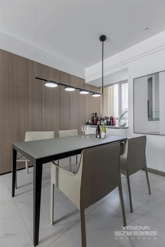 餐厅侧边是木饰面的墙面,布置现代简洁的餐桌椅,在一排小盘状吊灯的布置下,靠窗还有矮矮的小餐边柜,整体空间显得实用而简约舒适。