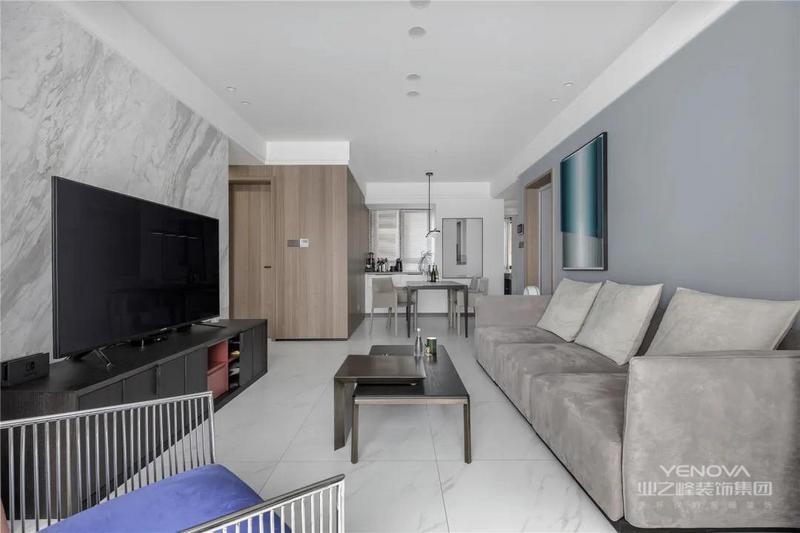 客厅把阳台空间打通,实现了更加宽松明亮的大方空间。而天花则是以无主灯的设计基调,整体冷色调的客厅,布置现代时尚的家具,让空间充满高级优雅的档次。