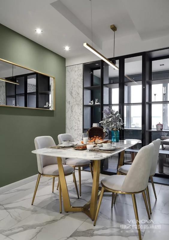 餐厅和厨房空间位于入户门的另一侧,两者之间用玻璃推拉门作为隔断。餐桌椅也是大理石加金属的款式,软包的布艺坐垫让人感觉更舒适,墙面还做了镜子扩大空间视觉感。 厨房内部的空间还是比较宽敞的,U字形的橱柜布局方案带来更短的厨房动线,也拥有更多的储物空间,橱柜转角做了弧形搁架的设计,既安全又实用。