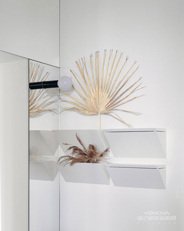 起居空间全部以白色为主 使用最少的装饰 打造出最适合屋主的生活方式
