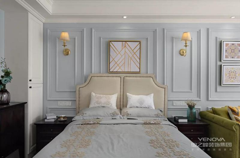卧室的床头背景墙做了很有美式风的石膏线护墙板造型,两侧对称的壁灯和中间的挂画搭配软包的床,给人一种优雅感。