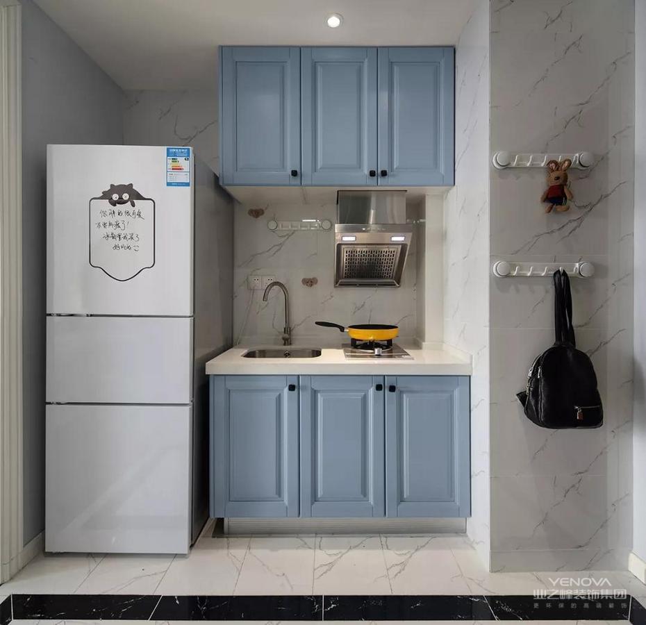 入户的玄关走廊设计了迷你的厨房,摆放了冰箱、灶台和水槽之间都没有了操作台的空间。在侧方墙面摆放挂衣钩,也能摆放一些零碎物品。
