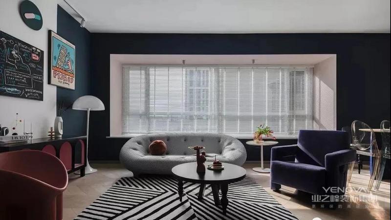 将传统沙发区旋转90°,主沙发靠窗,空间更开阔,整体配色以及家具选择都很前卫