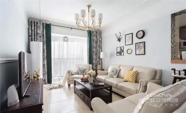客厅以清爽的浅蓝色作为主要配色,干净大方。深色方形的茶几稳重,而且相比于其他茶几储物能力更强,为空间增加了一份沉稳。