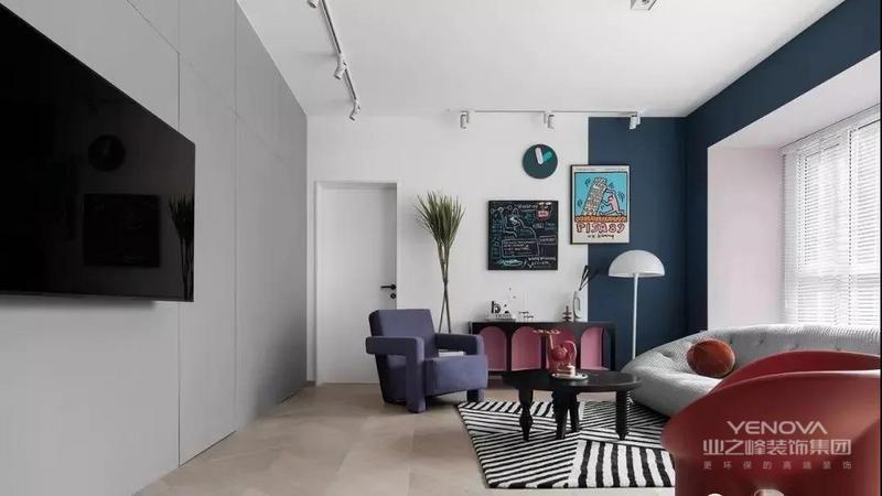 客厅无吊顶,采用轨道灯+双头斗胆灯设计,光线简洁柔和