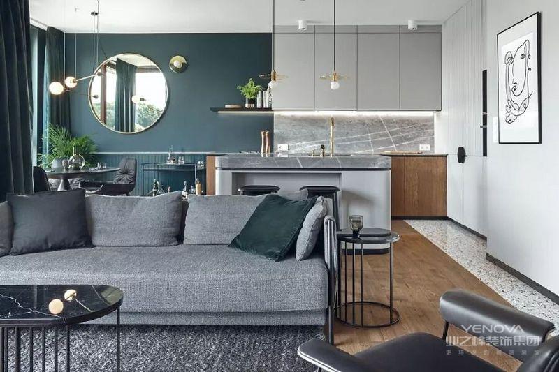 客厅在木地板上铺了深灰色的地毯一张灰色的双人沙发黑色大理石茶几,深绿色的抱枕整个搭配、颜色都呼应着主题风格