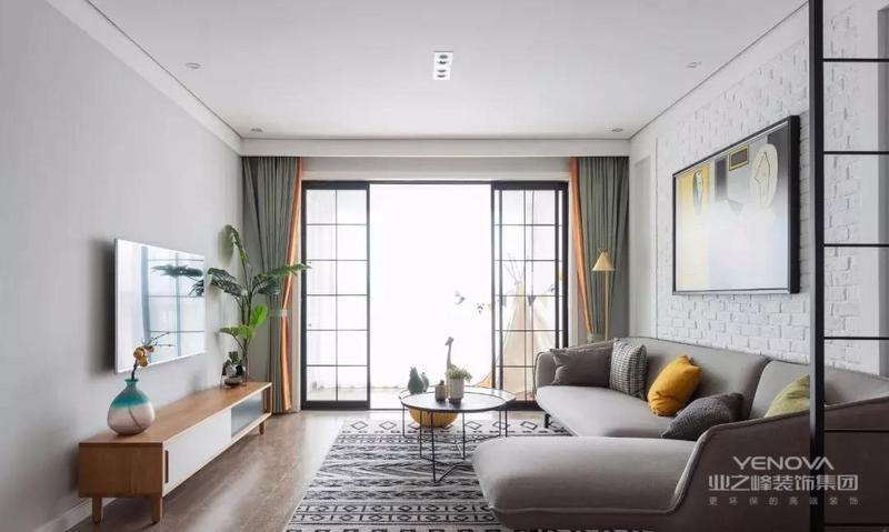 电视背景墙没有过多修饰 纯色块墙面搭配木色电视柜