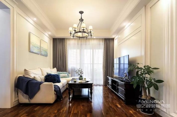 客厅整体深色木地板的空间下,以米白色调+暖光的空间,沙发墙与电视墙都加入了边框造型,整体显得简洁现代而又雅致舒适。