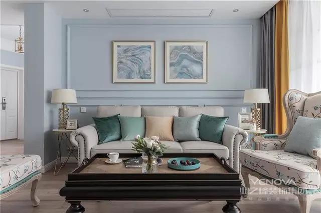 客厅婴儿蓝的背景墙看上去很温馨,米色的美式沙发搭配色彩缤纷的抱枕,实用又美观