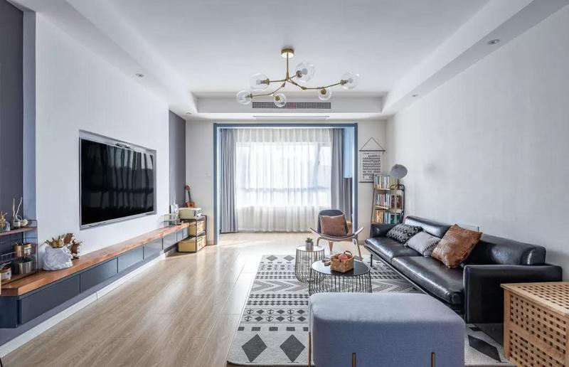 木艺、铁艺等装饰品让整个客厅空间极具个性化。电视背景墙把电视机嵌入其中,整个空间也是显得格外的简洁大方。