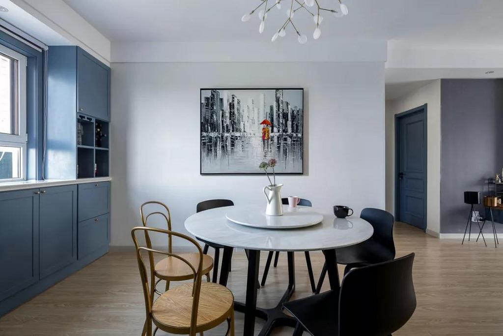 沿着窗台把窗户两侧及下方装成一体式蓝色餐边柜酒柜,无论是摆酒或储物,都显得极具品味而又不失个性。