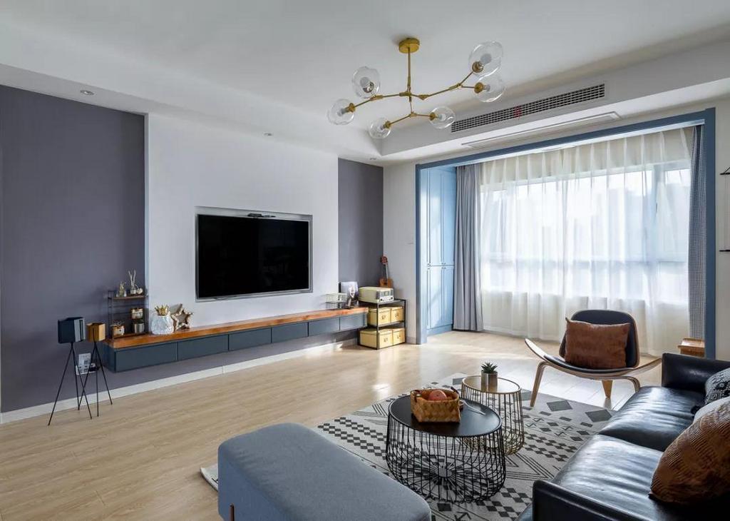 大面积的玻璃窗采光性极强,挂上双层的纱帘+布帘,让客厅看起来通透大气。