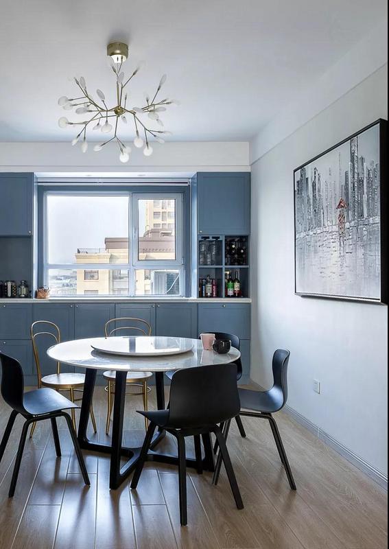 双层圆形的大理石旋转餐桌,搭配两种风格不同的餐椅,并在餐厅背景墙上挂一幅黑白装饰画,把人物以红色点亮,整体显得简约又浪漫。