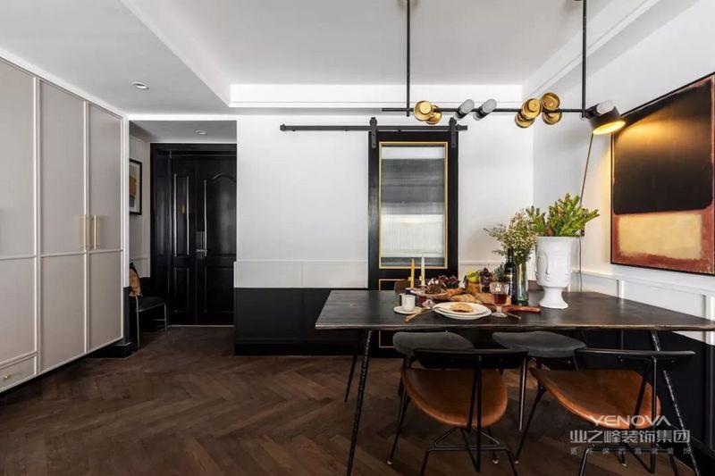 餐厅加入黑色与金属元素,时尚前卫,橙色坐垫的餐椅给空间带来一抹亮色。