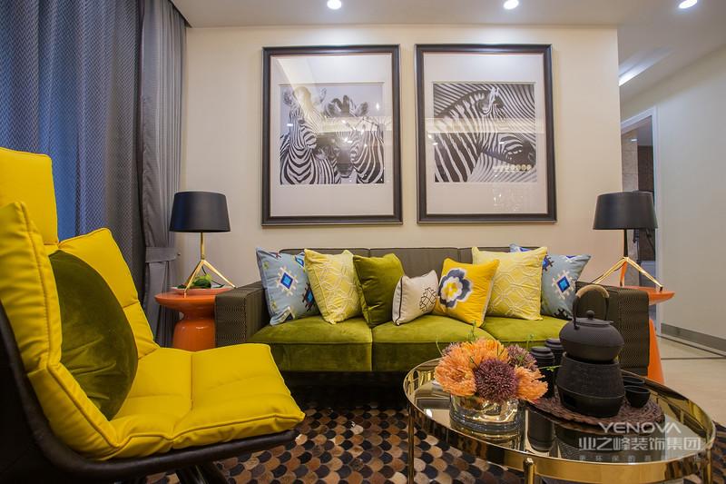 驼色皮沙发、黄铜质感与绿植点饰,让空间显得稳重又端庄华丽,沙发背景墙上的抽象装饰画提升了整体艺术感。