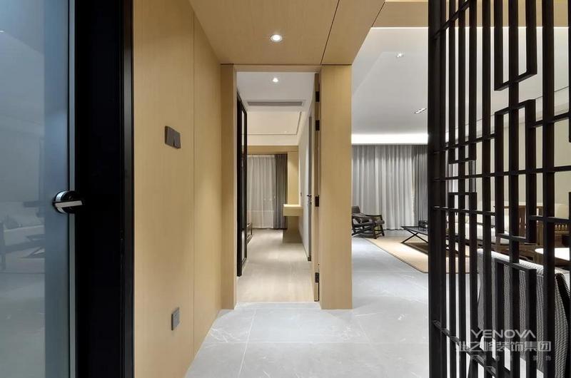 过道整体墙面以木色为基础,房门与木色墙面一体的隐藏设计,显得简洁统一而大气。
