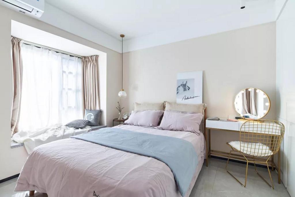 主卧柔和淡雅,藕粉色床品搭配雾蓝色的盖毯,营造优雅浪漫的空间氛围。