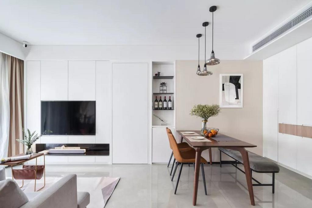 电视墙与餐厅之间有个通往主卧室的门洞,设计师将其与电视柜结合并做隐形门设计,高端大气,协调完美。