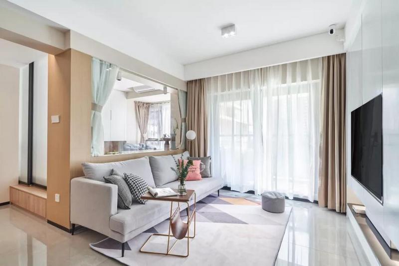客厅以白色为基调,嵌入式的电视柜美观又实用,选用白色的柜门也让空间看起来大了很多。