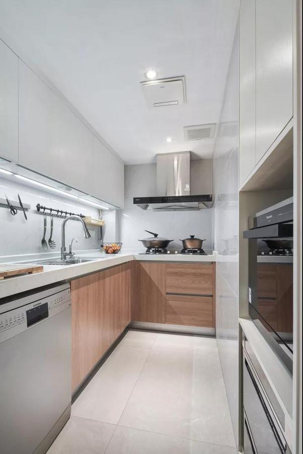 厨房,灰色的墙面融入原木的元素,浑然天成的色彩搭配,给人一种简洁自然的舒适感。
