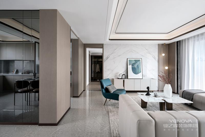 装饰材料与色彩设计 在选材上不再局限于石材、木材、面砖等天然材料,而是将选择范围扩大到金属、涂料、玻璃、塑料以及合成材料,并且夸张材料之间的结构关系,甚至将空调管道、结构构件都暴露出来,力求表现出一种完全区别于传统风格的高度技术的室内空间气氛。