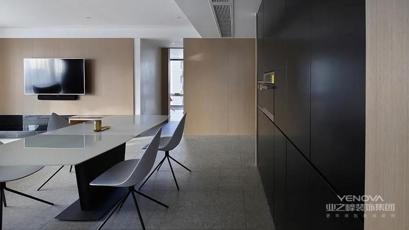 在餐厅边上设计了一组嵌入式餐边柜,来满足日常餐厅储藏和厨房功能电器空间的摆放,使用起来方便,外观整洁。