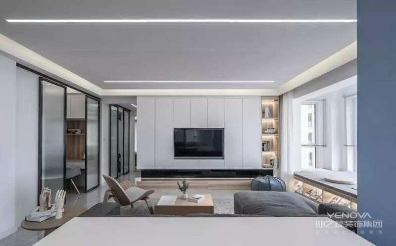 客厅整体空间以现代简约的舒适氛围,天花无主灯的设计,加入了线性的灯光设计,让空间显得更加时尚现代。定制柜作为电视墙的设计,让空间更加大方而又实用。