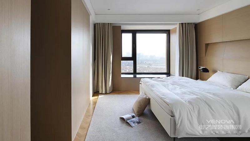 卧室还很注重收纳空间,利用了床头上方的空间
