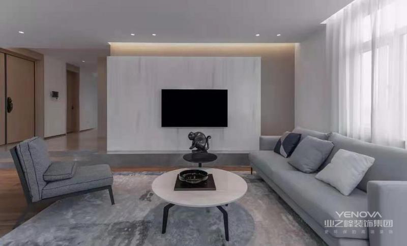 客厅以现代简约的大方空间,天花做成无主灯的设计,在电视墙上方加入暗藏的灯带与筒灯相互补充,带来一个明亮舒适的照明环境。