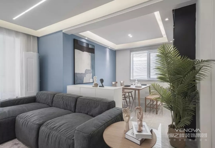 餐厅在蓝色背景墙的基础,挂上一幅黑白灰装饰画,搭配木质的餐桌椅布置,让用餐氛围轻松而舒适。