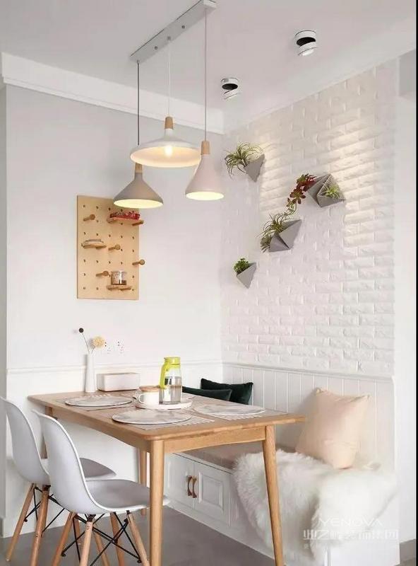 电视墙使用白色与木色套色电视柜,让人看起来神清气爽。