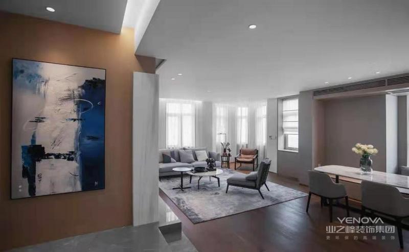 客厅与餐厅以横厅的格局,整体木地板的空间,无主灯的设计,布置简约舒适的家居软装,显得明亮而又宽敞大方。