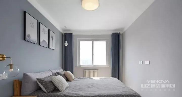 主卧也是简单无造型,四周加以宽边装饰。墙面使用不同灰度的颜色进行深浅层次搭配