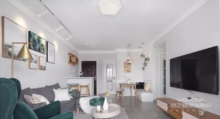 地面用灰色哑光瓷砖通铺,墙面浅灰色渐变,无造型无修饰,棚顶使用宽边错层处理,视觉干净清爽。