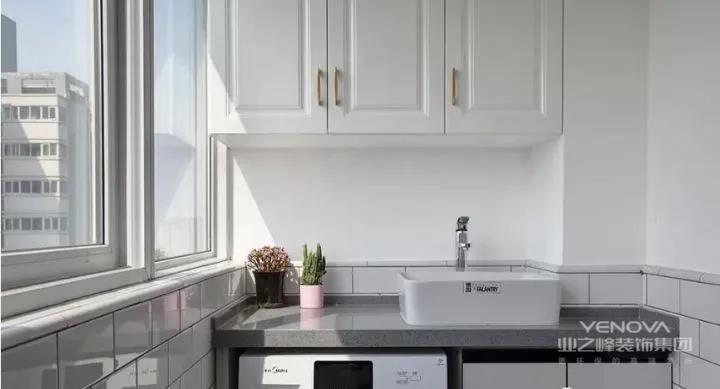 生活阳台使用半截墙小白砖与白色乳胶漆墙面的组合,定制了阳台柜满足生活需求。