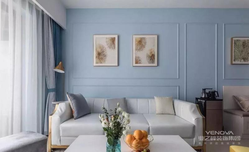 蓝色、灰色的窗帘呼应了背景墙与沙发的色彩,感觉很纯很干净,非常的清爽安静。