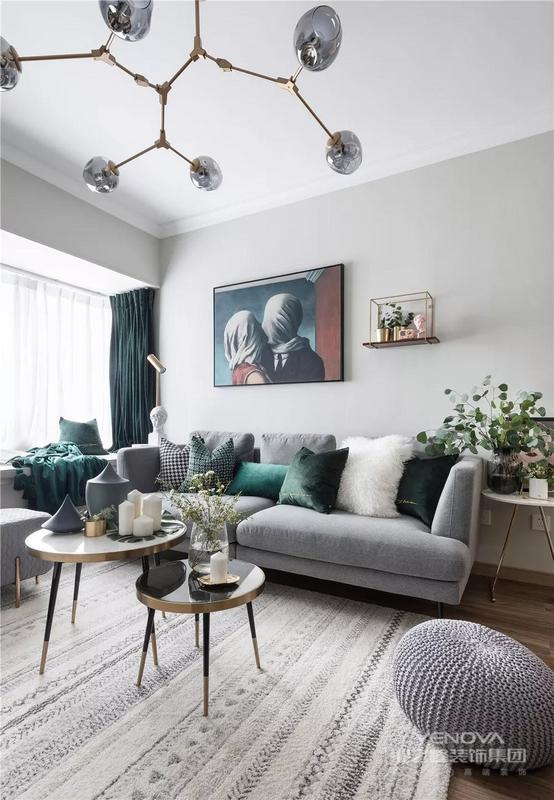 灰色布艺沙发,结合圆形双拼的轻奢范茶几,摆上金龟子的摆饰品与花瓶,也让客厅显得细腻有档次。
