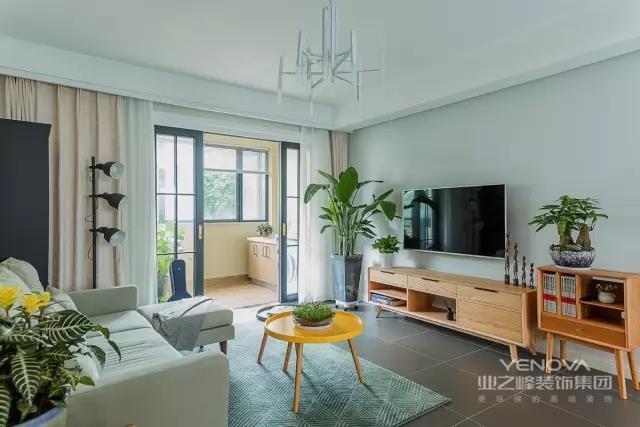 客厅的电视背景墙和沙发背景墙刷成了相同的颜色,墙面不做装饰,保持简约感。客厅外的阳台改成了洗衣房,用玻璃门隔开可以遮挡晾晒的衣服。