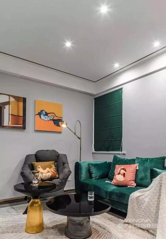 餐厅所占据的空间非常小,迷你的圆餐桌搭配两张粉色带金属的椅子。客厅的电视柜被舍弃,选择了做上大理石造型,简洁的饰面板作为电视背景墙,看着就很有现代感。