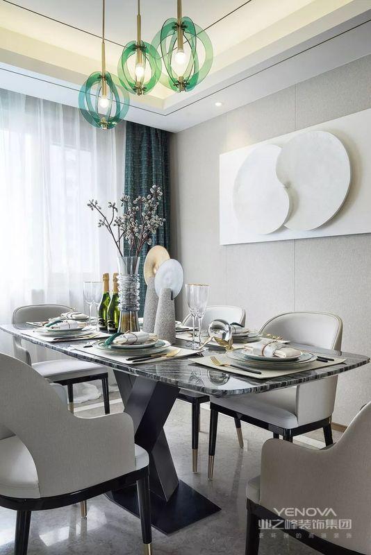 淡雅的灰调与干净的白色,平衡着餐厅的美学氛围,浅淡的设色令空间气质安静而轻盈。
