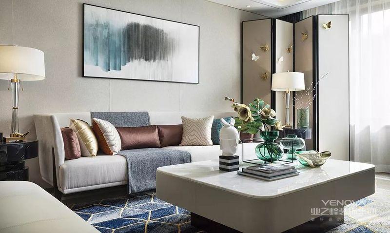 客厅的设计语言,浸润在极致清透的空间意境里,设色上依循祖母绿调与温柔杏色的主次比例。