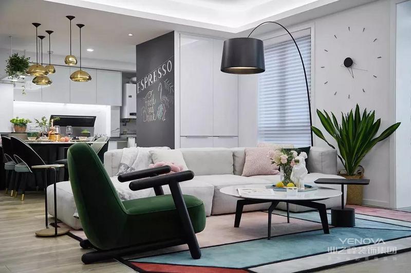 客厅沙发的侧面做了创意的时钟造型,波普风的地毯上是简单个性的家具布置,整体给人以简洁明快的氛围感。
