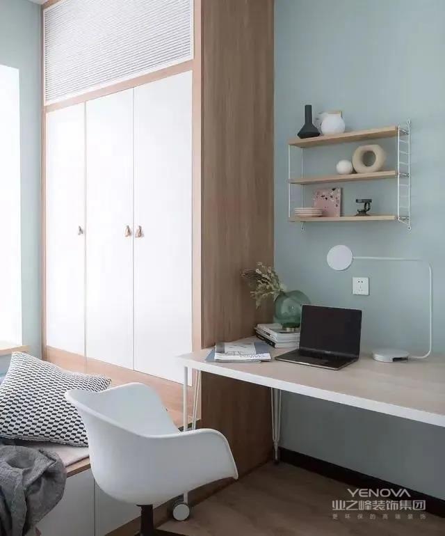 客卧采用了榻榻米的形式,通顶柜的设计增强储物功能