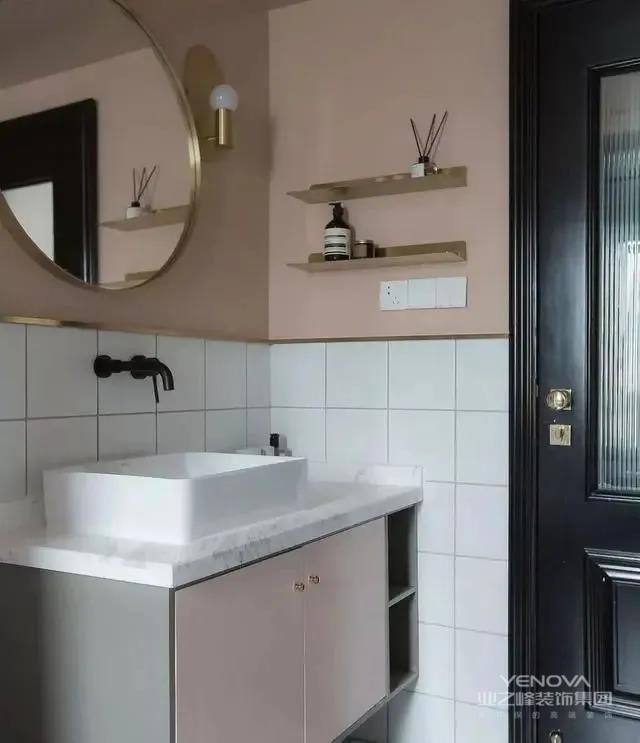 粉色的环境营造出温馨感,镜子和收纳台的选择加入黄铜元素。黑色门框,白色的瓷砖,黑白分明的撞色,提升空间的品质感与时髦感