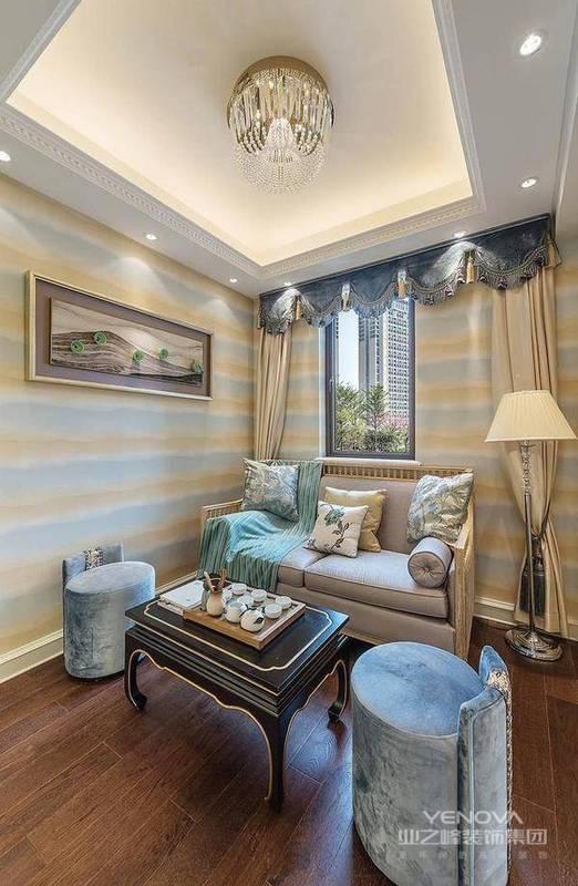 窗帘选用大胆的颜色装修,一般用蓝色、绿色等,也是整个空间的主色调。法式风格的配色一般是以大件饰品的颜色为根底,或作为颜色的点缀点,以增强整体的装修效果。