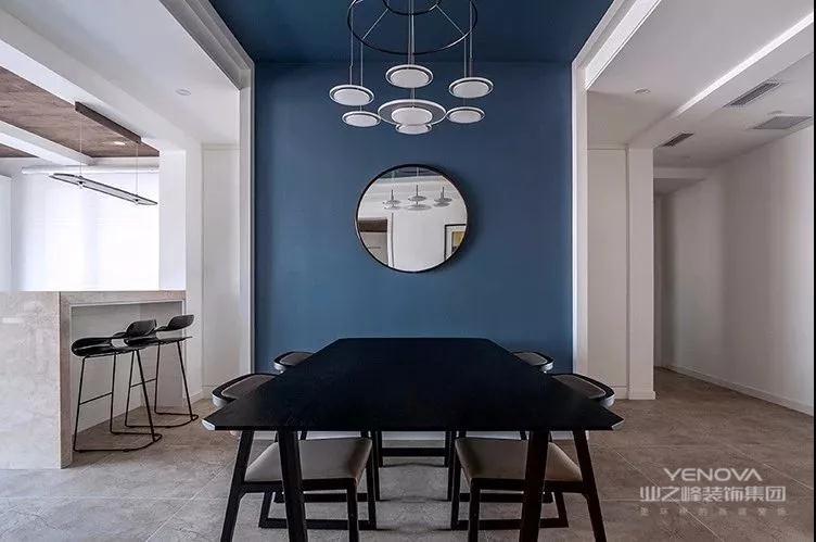 餐厅背景墙也是以雅蓝色为主,中间挂上一个圆形的镜子,搭配上禅意端庄的大餐桌椅,还有一套独特的盘状吊灯,显得优雅而高档。