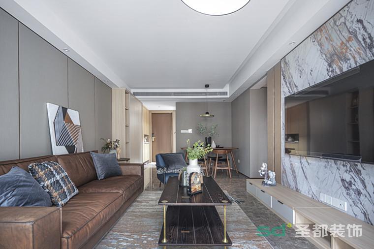 客厅以素雅的墙布打底、复古家具点缀,给空间赋予了优雅沉静的氛围基调。浅棕色皮质沙发裹挟着岁月的韵味,皮质的自然纹理自带时间沉淀感,意蕴深远,耐人寻味。